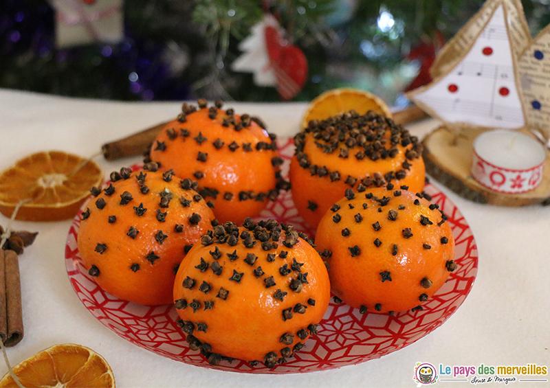 clous de girofle plantés dans une orange