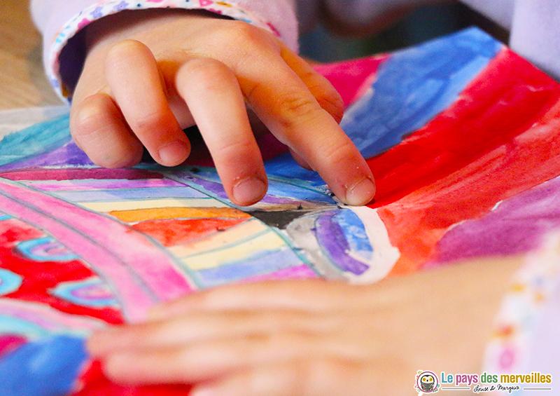 Frotter le drawing gum avec le doigt