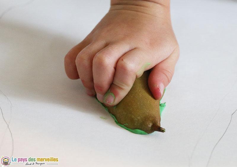 Empreinte d'une poire avec de la peinture