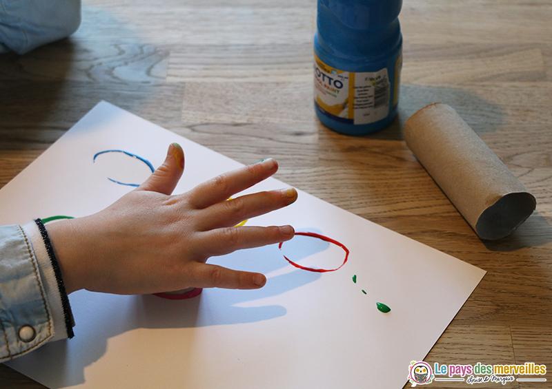 empreintes à la peinture avec rouleau de papier toilette