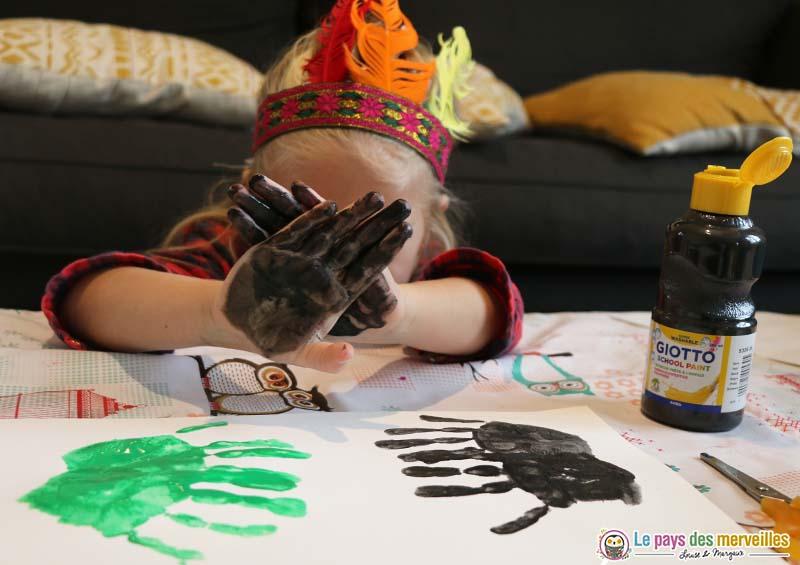 Empreintes de mains à la peinture noire