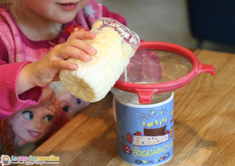 Retirer le petit lait à l'aide d'un chinois