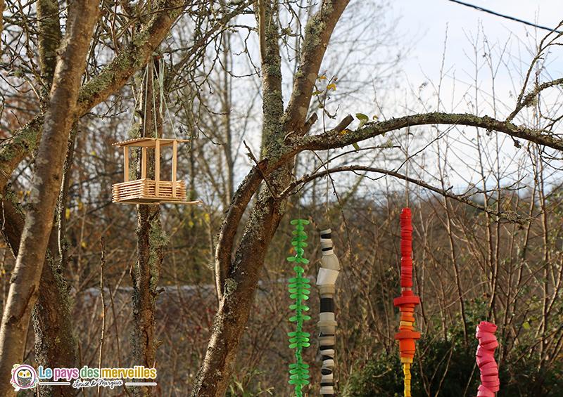 mangeoire avec des bâtonnets en bois pour les oiseaux du jardin