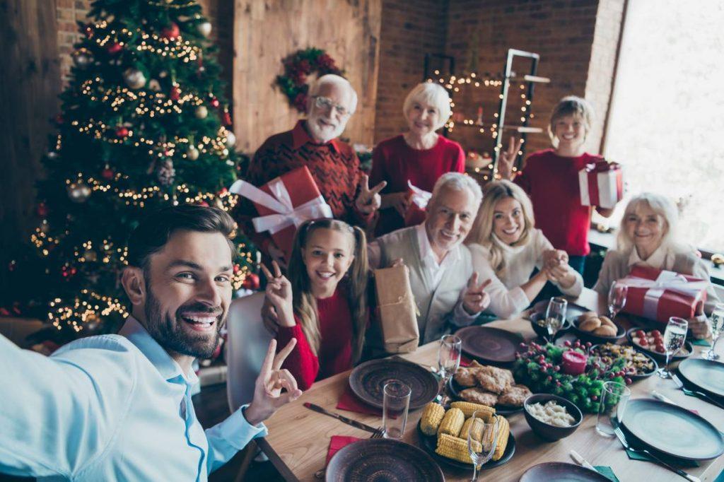 Réunion de famille fête de Noël
