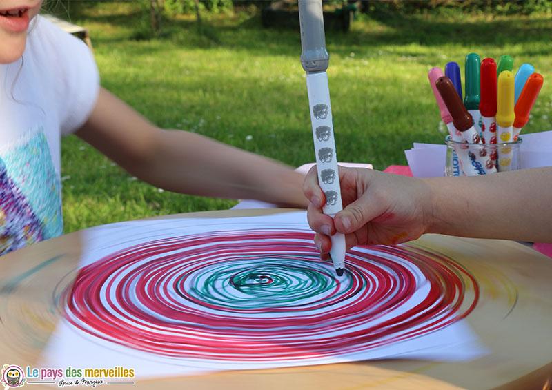 Dessiner des spirales au feutre avec un plateau qui tourne