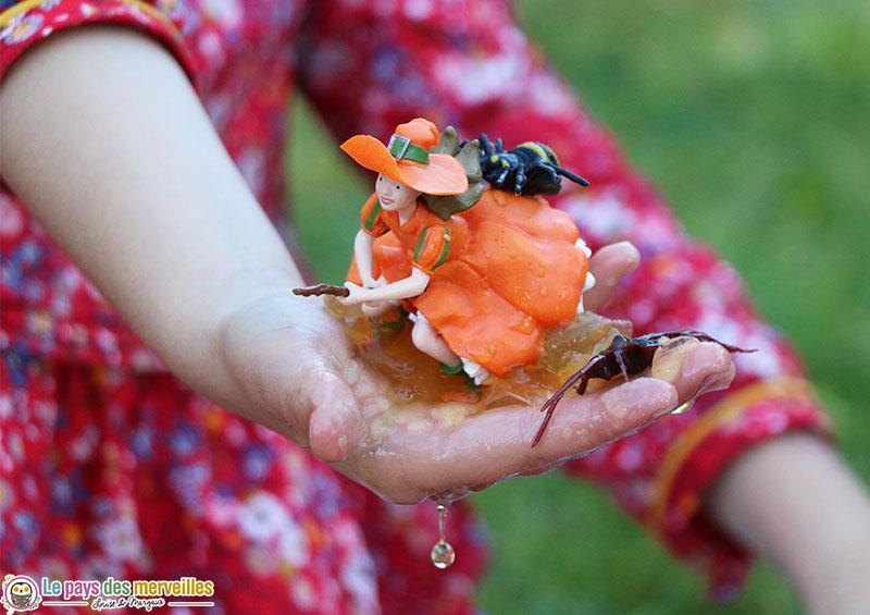 Figurine de sorcière avec des insectes