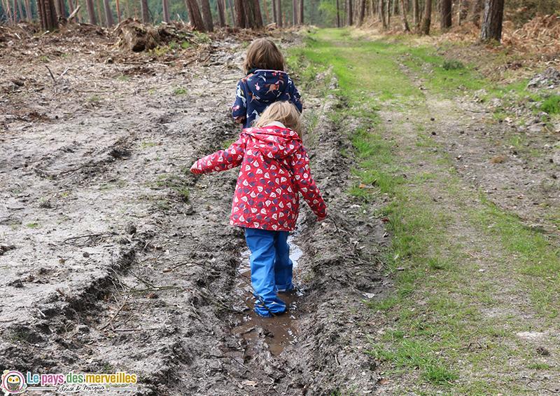 Enfants qui marchent dans la boue