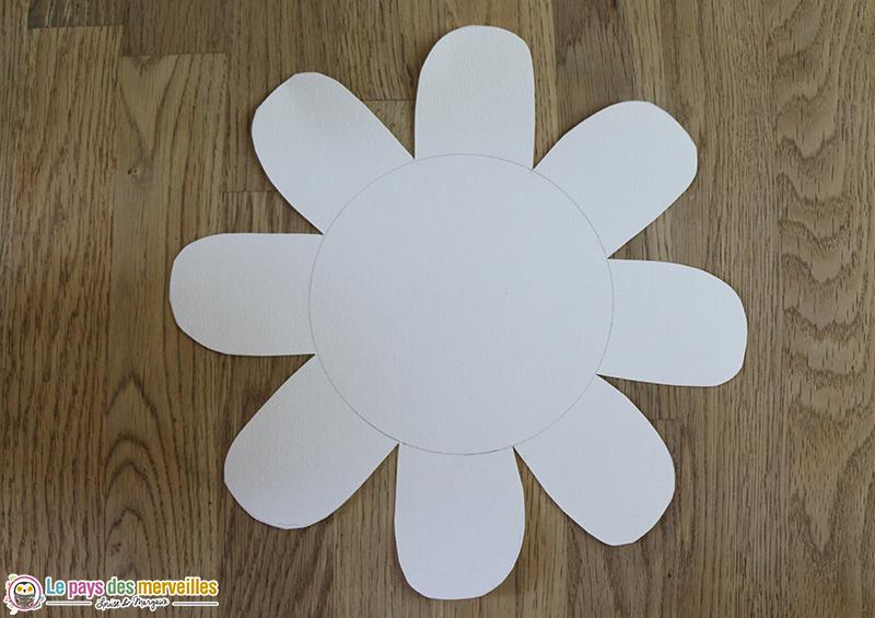 dessin de fleur avec huit pétales