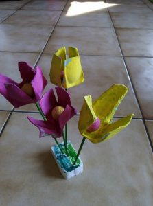 Bouquet de fleurs avec une boite à oeufs
