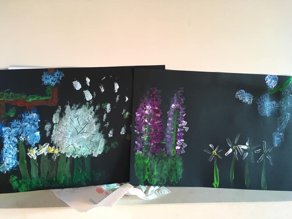 Fleurs au coton-tige sur fond noir