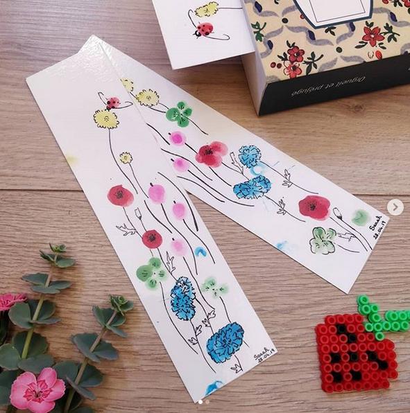 Fleurs avec les empreintes de doigts