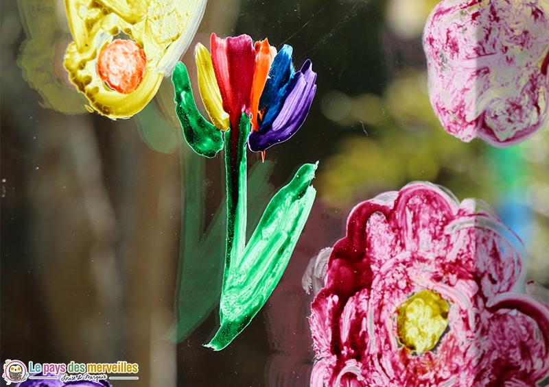 fleurs en peinture sur les vitres