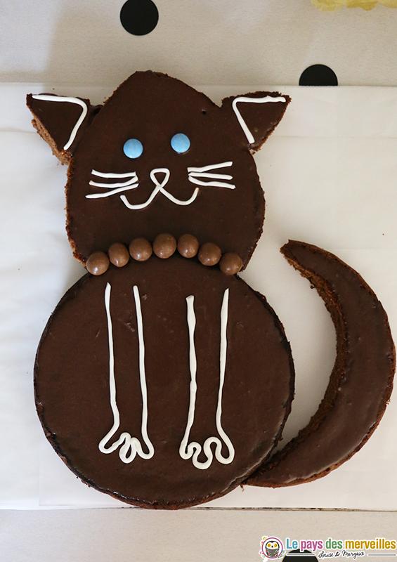 Gâteau d'anniversaire au chocolat en forme de chat
