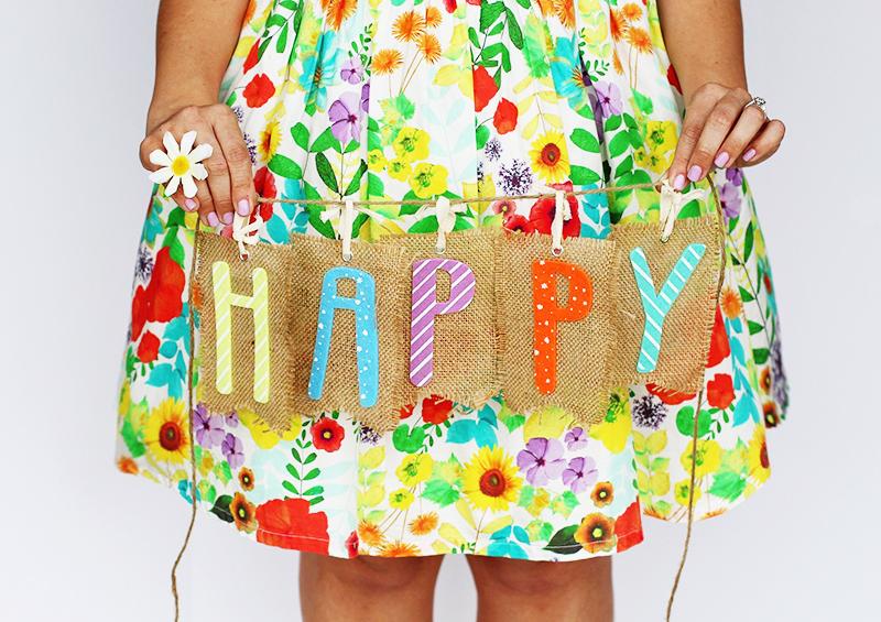 Mot happy coloré et robe fleurie