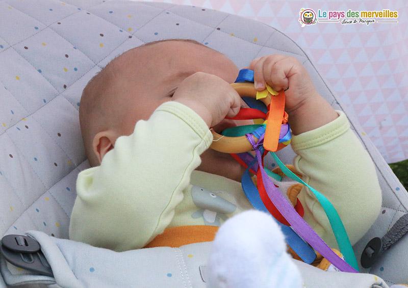 hochet bébé avec des rubans