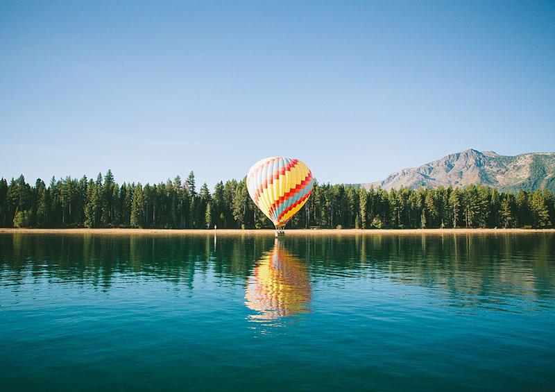 montgolfière posée au bord d'un lac