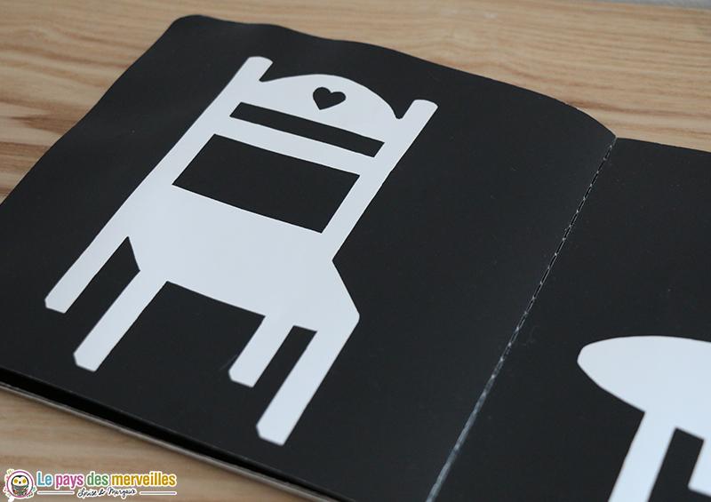 chaise blanche sur noir