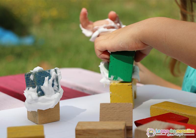 jeu de construction avec de la mousse à raser et des cubes