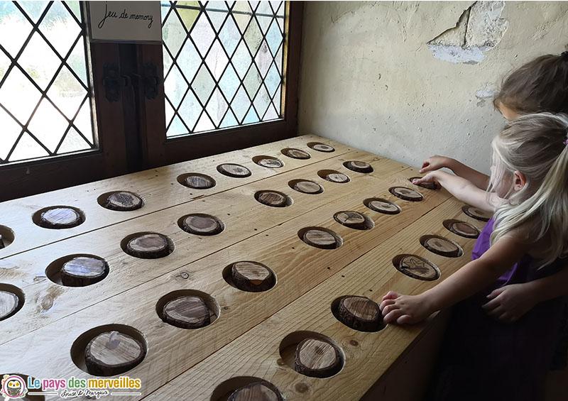 Jeu de mémory avec des bûchettes en bois