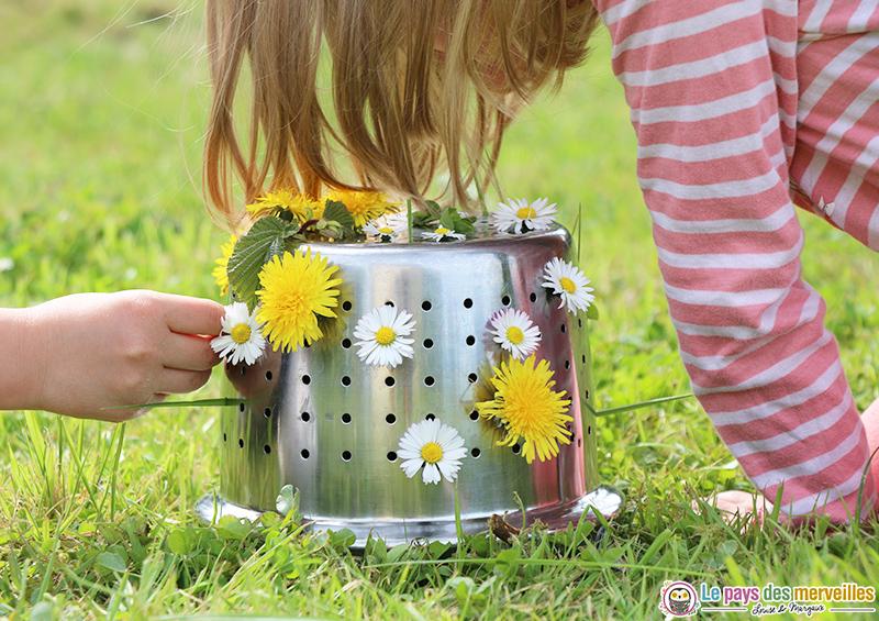 Motricité fine avec une passoire et des fleurs du jardin