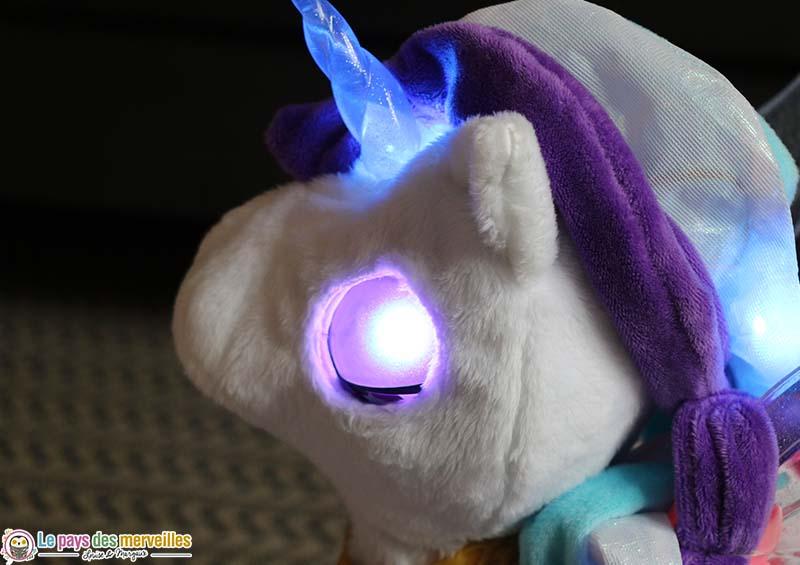 oeil illuminé de Mila la licorne magique