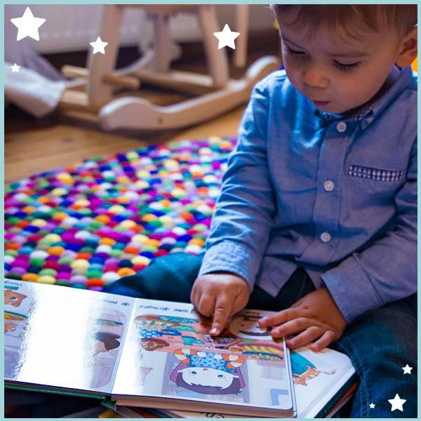 Petit garçon lisant un livre d'images