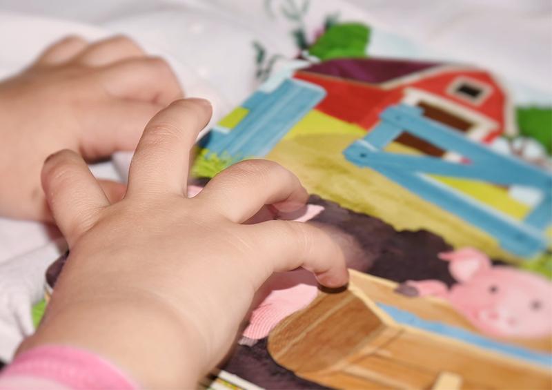 main d'enfant qui manipule un livre