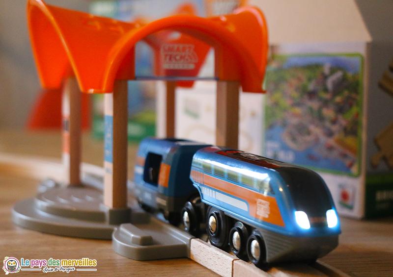 locomotive Brio avec les feux allumés