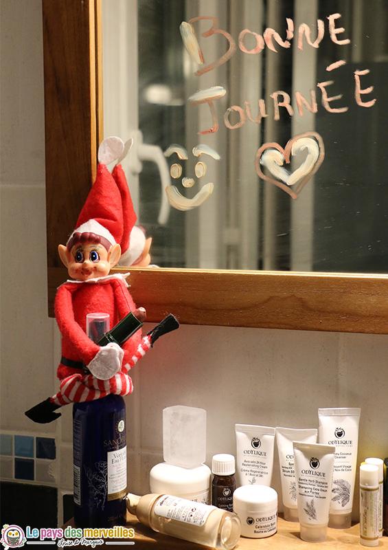Lutin de Noël dans la salle de bain