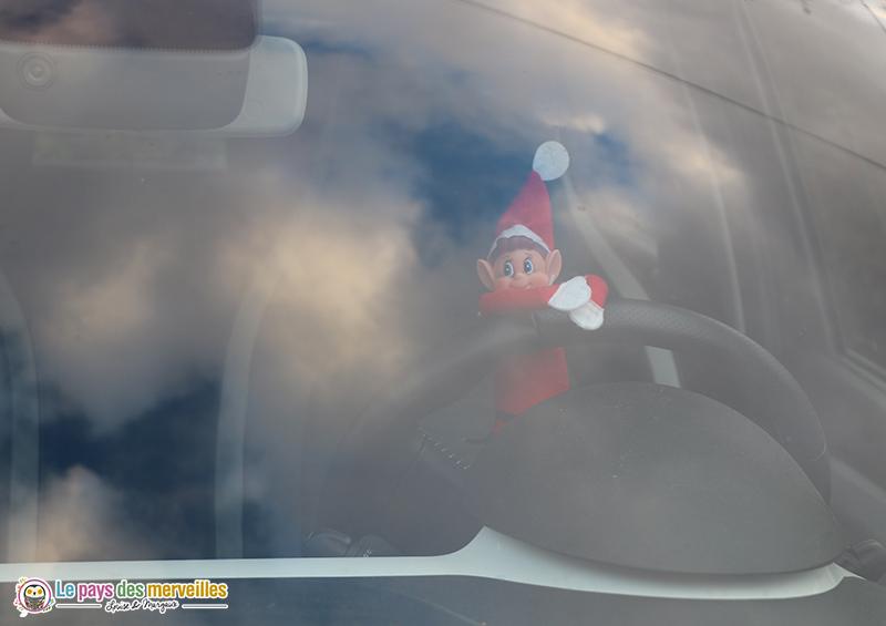 lutin au volant de voiture