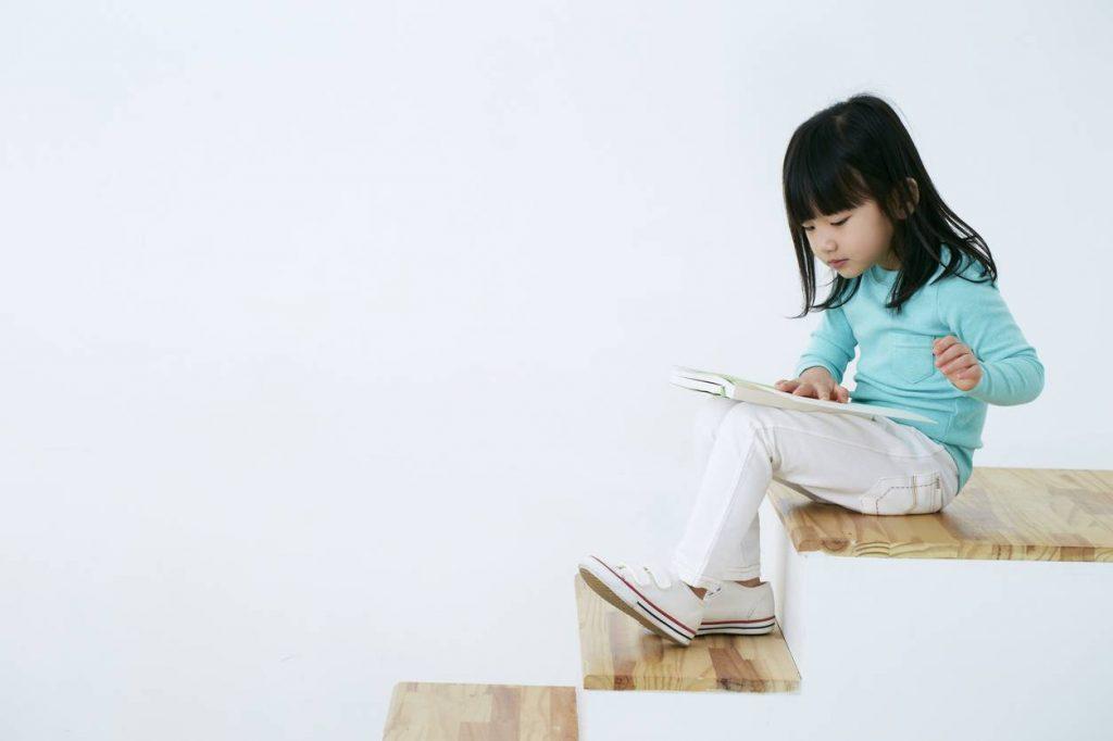 enfant qui lit son magazine préféré