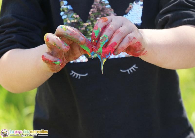 Mélange de peinture aux doigts