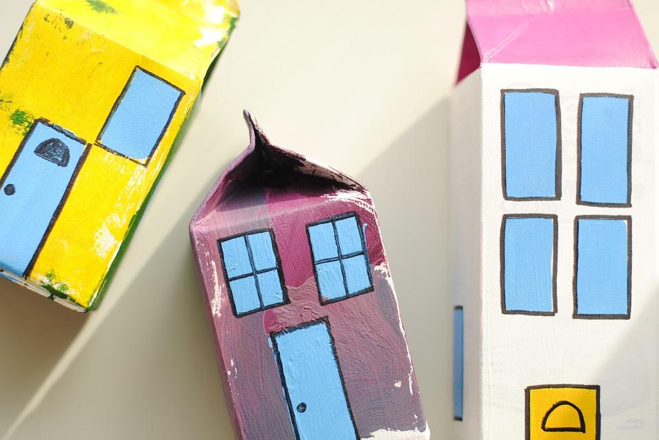 Maison peinte en boite de lait