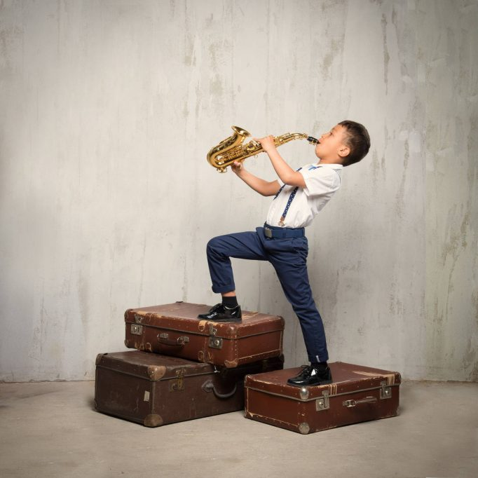 apprentissage du saxophone enfant garçon