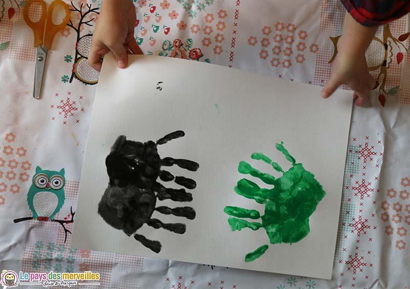 Empreintes de mains enfant de maternelle