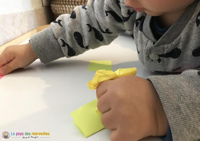 bébé froisse des papiers