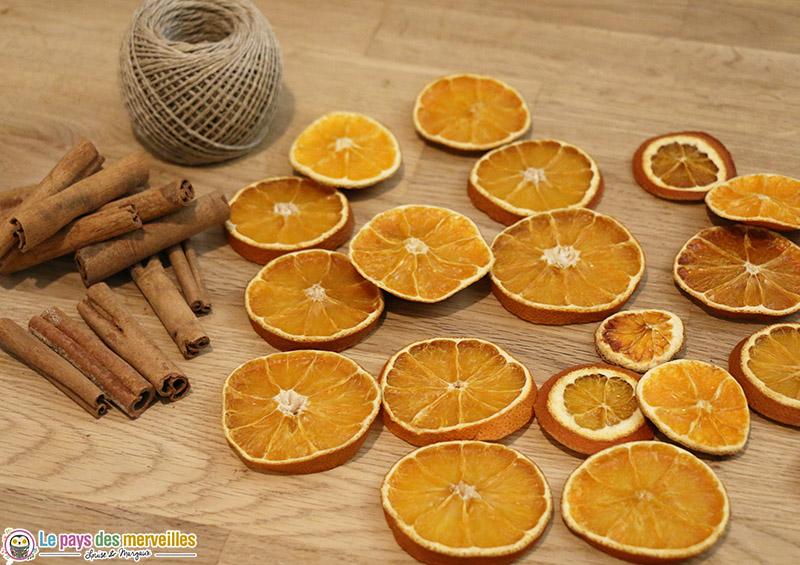 oranges séchées, bâtons de cannelle et ficelle