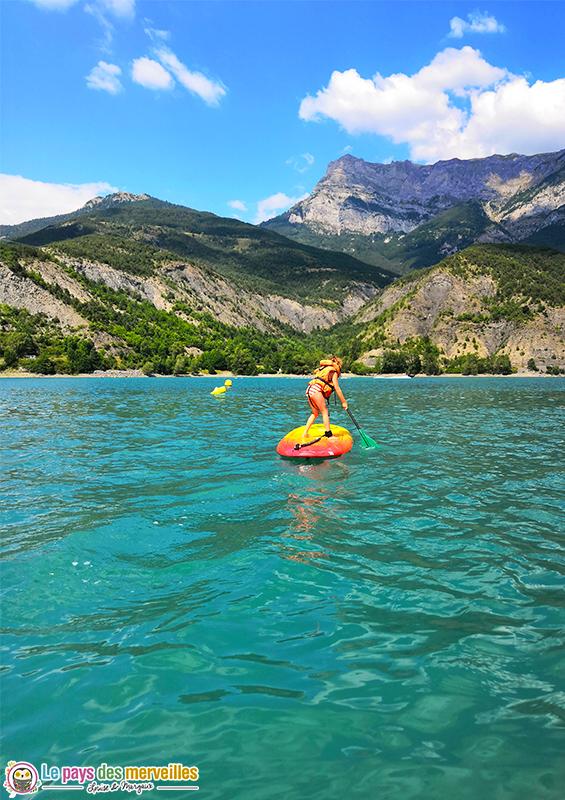 Paddle enfant sur le lac de Serre-Ponçon