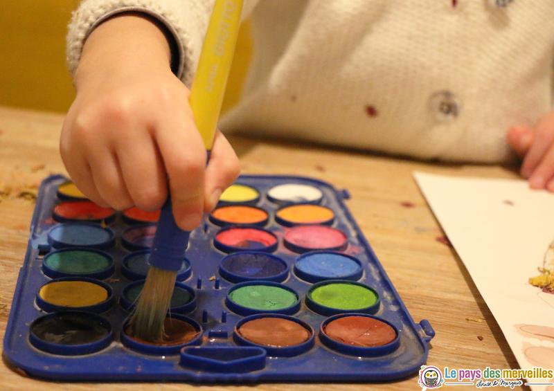 Gros pinceau pour enfant et palette de peinture à l'eau
