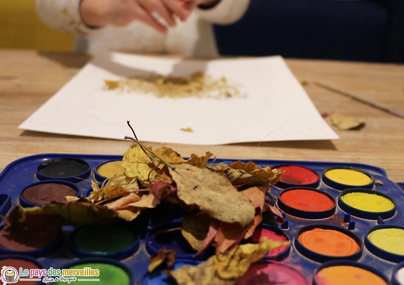 Feuilles d'automne et palette de peinture