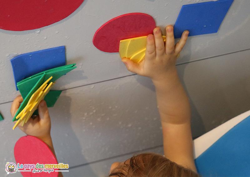 Coller des formes en feuille de mousse dans la douche