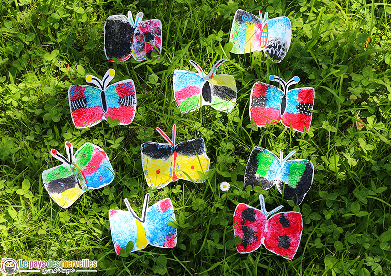 Papillons peints avec l'empreinte d'une éponge et de la peinture aux doigts
