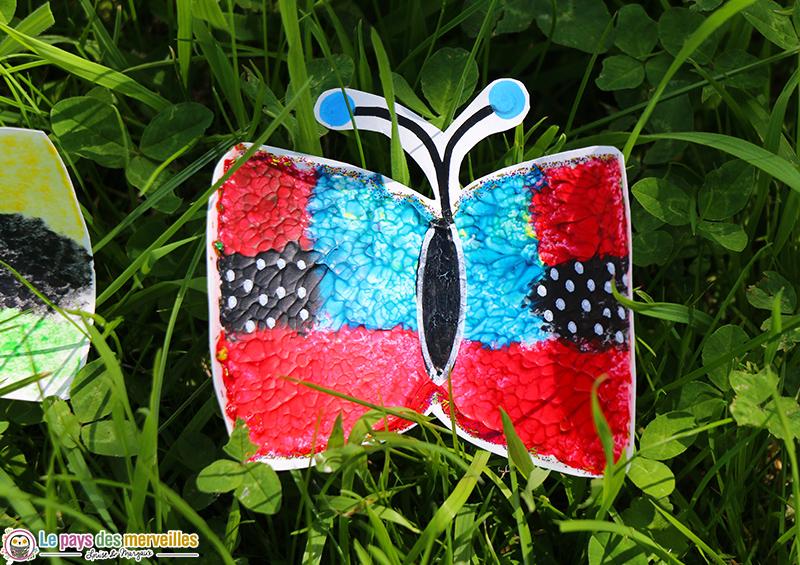 Bricolage de papillon peint avec une éponge