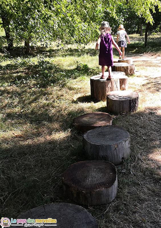 Parcours de motricité avec de grosses bûches de bois