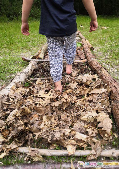 Activité sensorielle pour les enfants dans la forêt