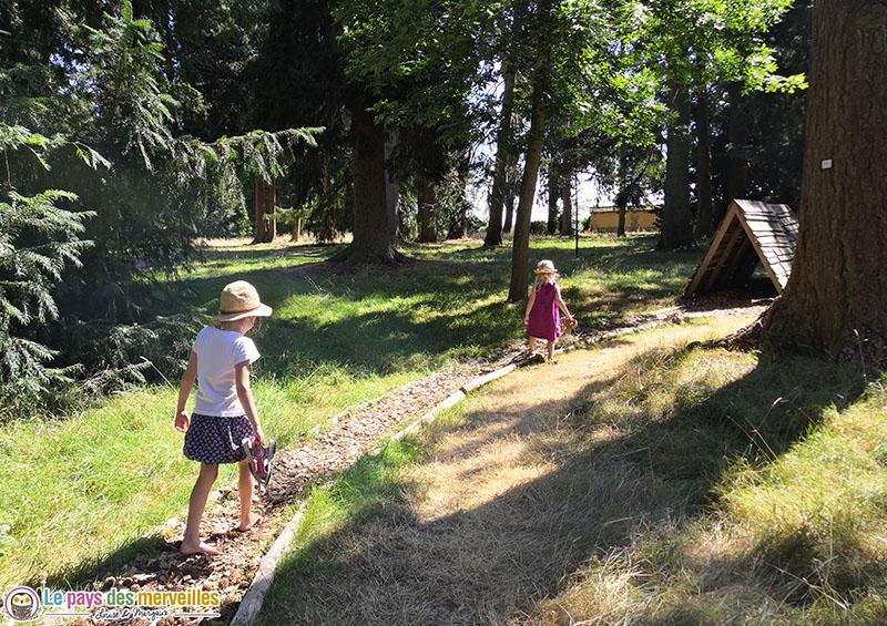 Parcours sensoriel pieds nus à l'arboretum d'harcourt