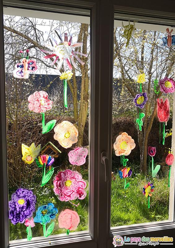 fleurs peintes sur les vitres de la maison