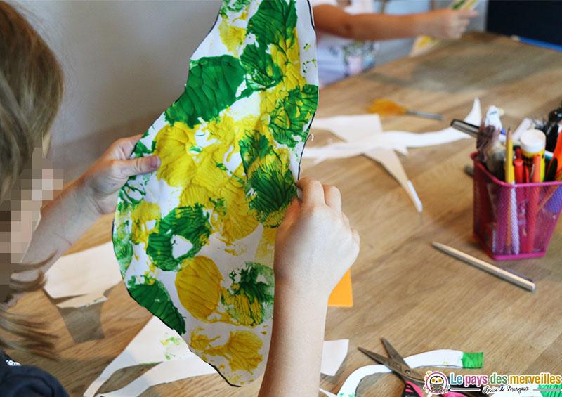 Découper une poire peinte sur une feuille