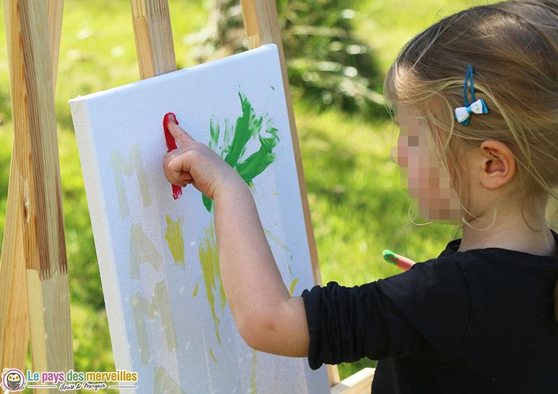 Peindre sur une toile avec les doigts