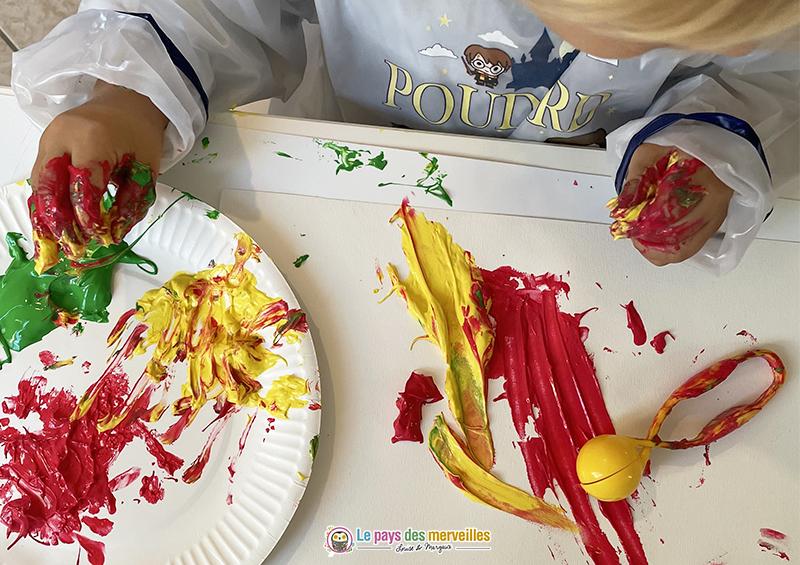 peinture d'automne avec de la gouache aux doigts